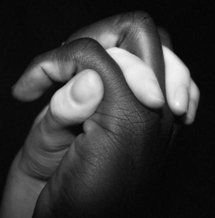 main noire et main blanche
